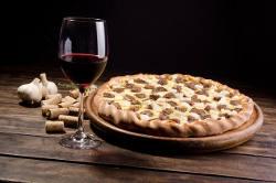 Rotwein mit Pizza